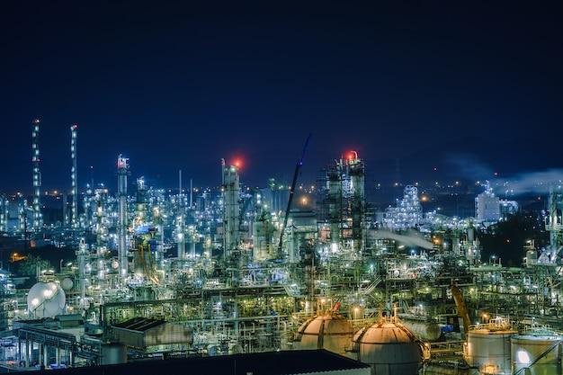 夜の石油化学プラント