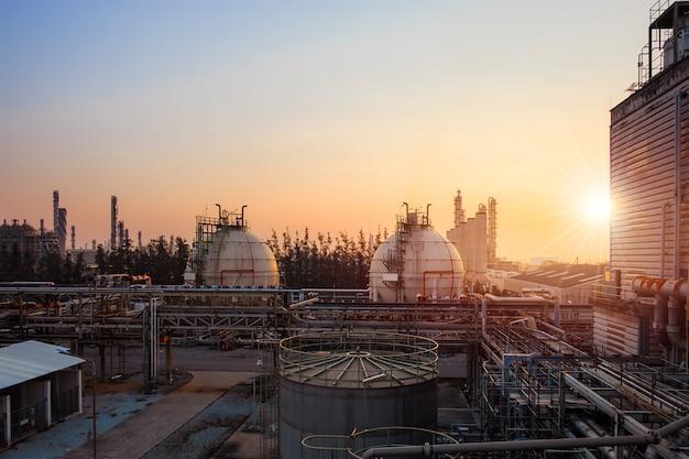 日没時の石油化学プラント