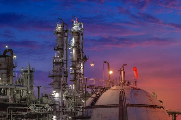 가스 저장 구 탱크와 일몰 하늘 배경에 석유 화학 공장