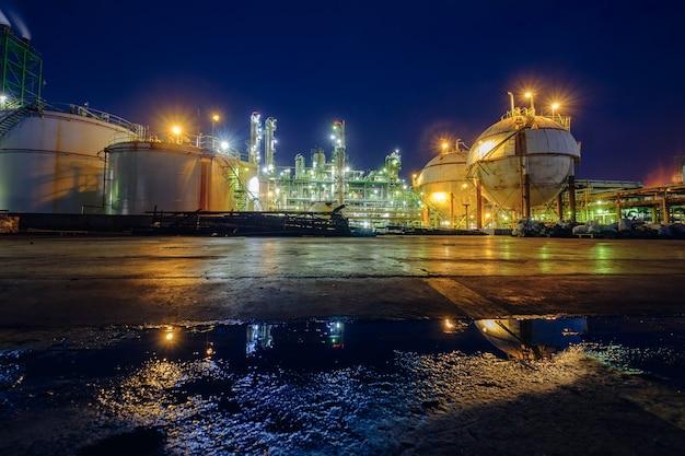 가스 증류탑과 저장 탱크가 있는 석유화학 플랜트