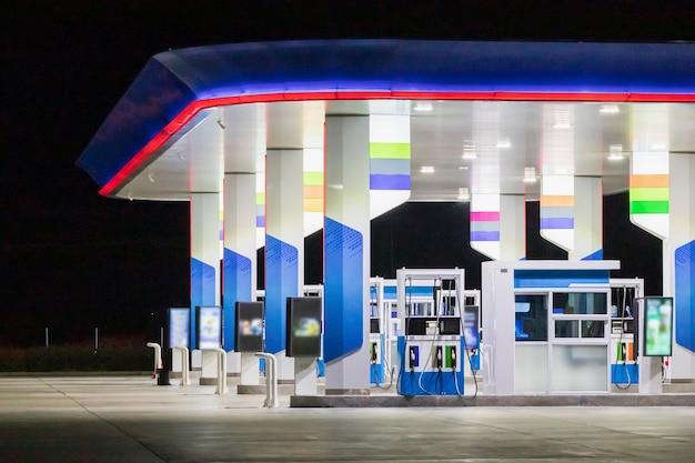 Автозаправочная станция в ночное время