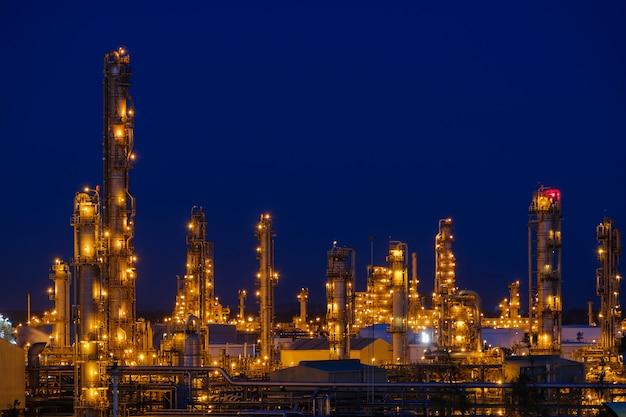 夜の石油産業プラント