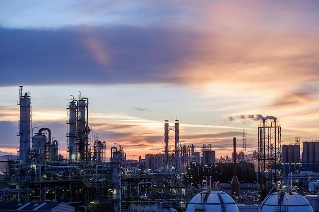 日没時の石油産業プラント