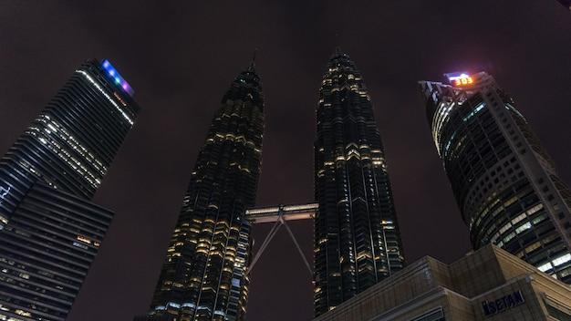 マレーシアの夜のクアラルンプールにあるペトロナスツインタワー。
