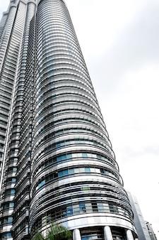 Знаменитые башни-близнецы нефтехимической компании petronas в куала-лумпуре