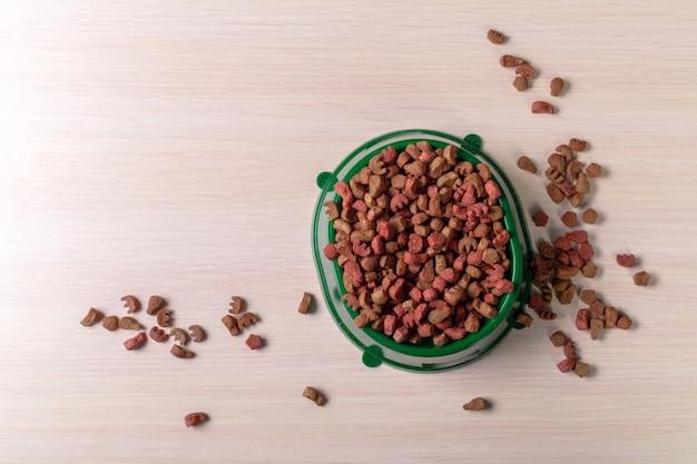 Корм для домашних животных на деревянном полу