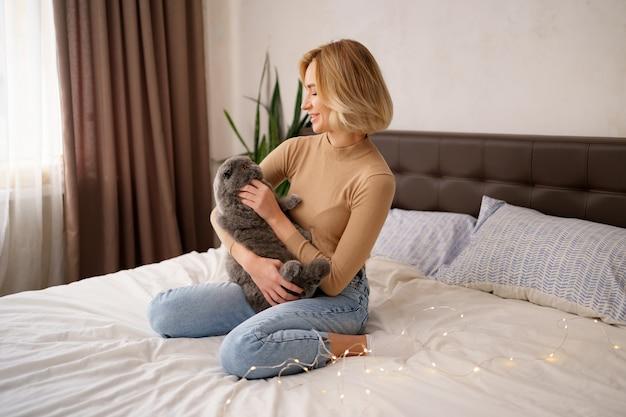 Concetto di animali domestici, mattina, comfort, riposo e persone