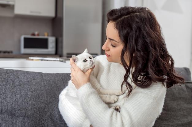 ペットの飼い主。彼女の猫と遊ぶかなり若い女性