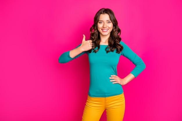 Пгото из волнистых, веселых, позитивных, милых, милых миллениалов, показывающих вам большой палец вверх, зубастая улыбка, подчеркивающая высокое качество продукта, изолированный яркий розовый цвет