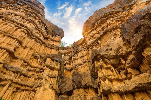 Pha cho, pha cho는 태국 치앙마이의 매왕 국립 공원에있는 고 토양 협곡 절벽입니다. 놀라운 태국.