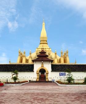 Pha-that luang寺院、ビエンチャン、ラオスの旅行の黄金のpagada。