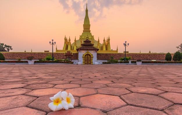 Pha that luang、朝の金仏教仏塔、ラオスのビエンチャンのランドマーク。