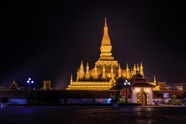 Pha that luang金の仏教の仏塔夜