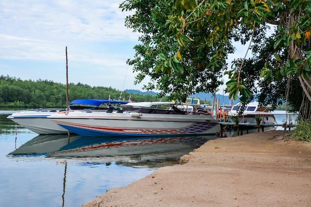 パンガー/タイ-2015年12月23日。タブラム桟橋、タイムアン。タブラム川。高速ヨットで島々に移動します。アイランドツアー。ボートや水上輸送の遠足。