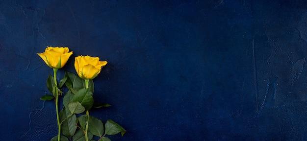 幻の青い色とビンテージ背景に黄色のバラ