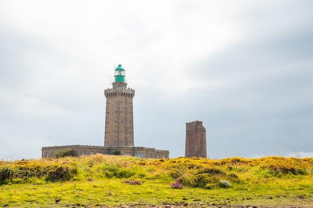 Phare du cap frehel - морской маяк в кот-д'армор (франция). на вершине мыса фрехеля
