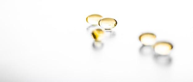 Фармацевтический брендинг и научная концепция витамин d и золотые омега-таблетки для здорового питания нутри ...