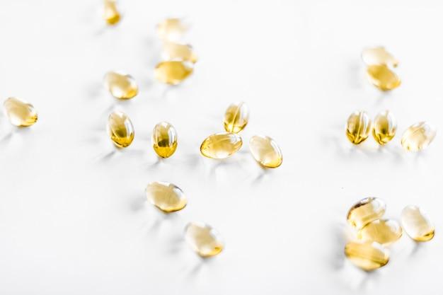 제약 브랜드 및 과학 개념의 건강한 식단을 위한 비타민 d 및 황금 오메가 알약...