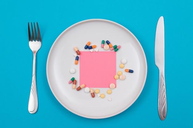 製薬業界と医薬品は、プレート上の丸薬を着色しました