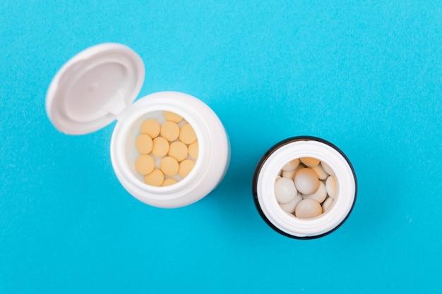 製薬業界と医薬品の錠剤のボトル