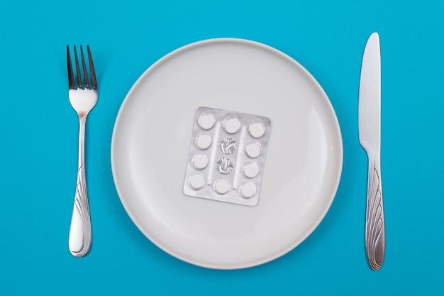 製薬業界と医薬品の錠剤がプレートにパッケージ化されています