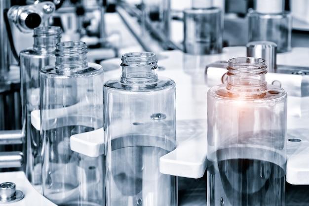 Фармацевтическая промышленность, лекарственные препараты заполняют бутылку на конвейере производственной линии на медицинском заводе. выборочный фокус.