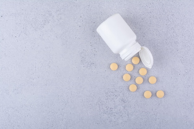 プラスチック製の白い容器からの医薬品の丸薬。高品質の写真