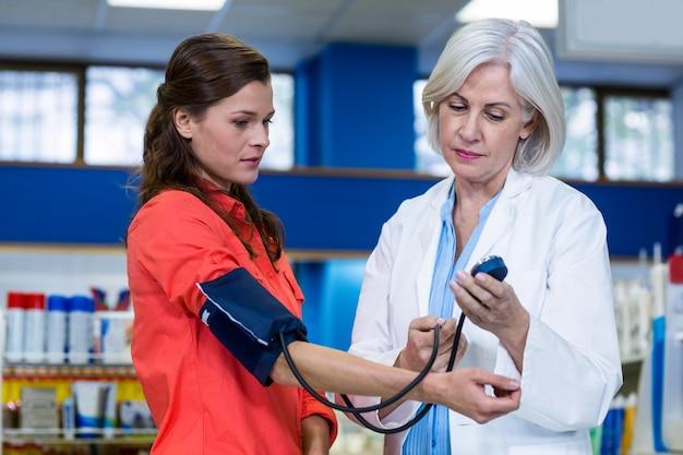 薬剤師がお客様の血圧をチェック