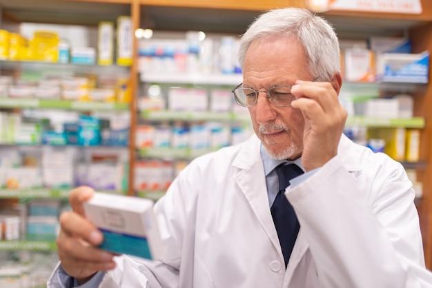 薬剤師が薬局で薬をチェックしている