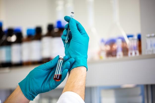 Фармацевт, разрабатывающий вакцину nev против вирусов, концепция аптеки
