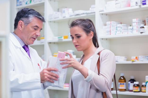Фармацевт, объясняющий медицину своему клиенту