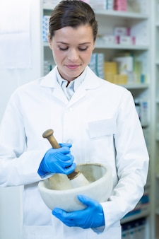 薬剤師は乳鉢と乳棒で薬を粉砕
