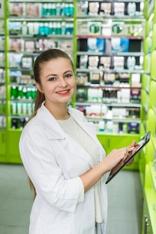 Фармацевт ищет что-то в таблетке, аптеке и аптеке