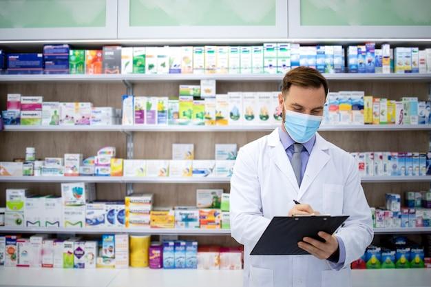 コロナウイルスのパンデミック時に薬局で薬を販売する薬剤師