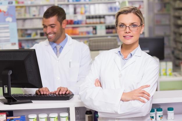 Фармацевт улыбается в камеру в аптеке больницы
