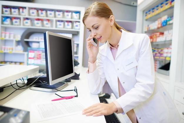 Фармацевт разговаривает с клиентом по телефону