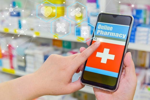 Фармацевт с помощью мобильного смартфона для панели поиска на полках аптеки