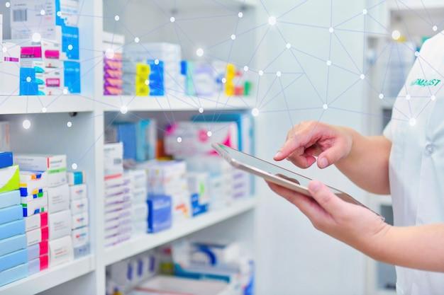 Компьютерный планшет pharmacistholding, использующий для заполнения рецепта в аптеке
