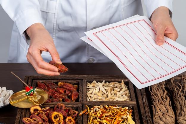 Фармацевты готовят традиционную китайскую медицину