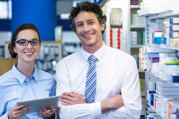 Фармацевты с помощью цифрового планшета в аптеке
