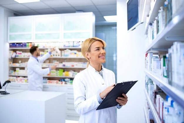 Фармацевты, работающие в аптеке или аптеке.