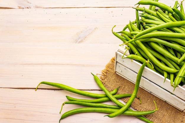 Phaseolus vulgaris, зеленая фасоль или фасоль в деревянной коробке