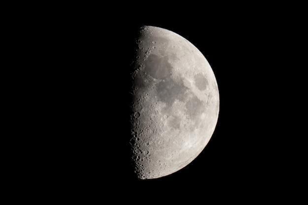 月の満ち欠け。ハーフムーンの背景。