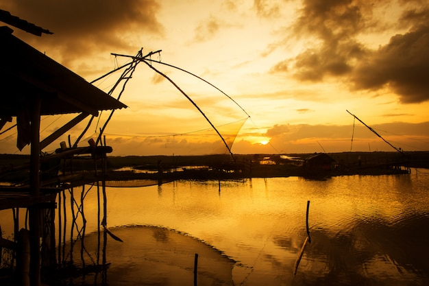 タレノイ、phatthalung夕日を背景に純タイ釣り