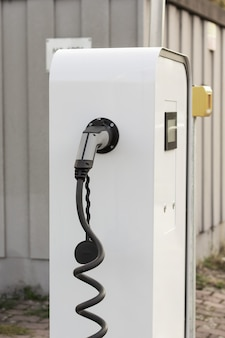 Современное быстрое зарядное устройство для электрических или гибридных автомобилей. высокотехнологичное зарядное устройство для экологичного вождения phev. новое поколение экологически чистой зеленой азс.