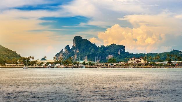 Isola ed oceano di phi phi in tailandia.