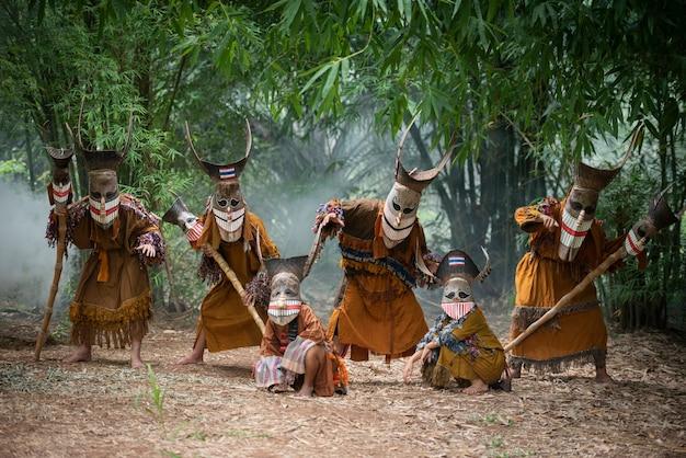 Призрачная маска фестиваля phi ta khon и красочные костюмы для веселья. традиционные таиландские маски. шоу искусство и культура. провинция loei. таиландский фестиваль dan sai - phi ta khon или halloween of thailand