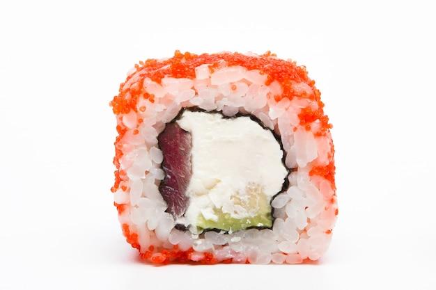 フィラデルフィアロール、巻き寿司に孤立した白い背景。コレクション。ロール寿司と美味しい和食のクローズアップ。