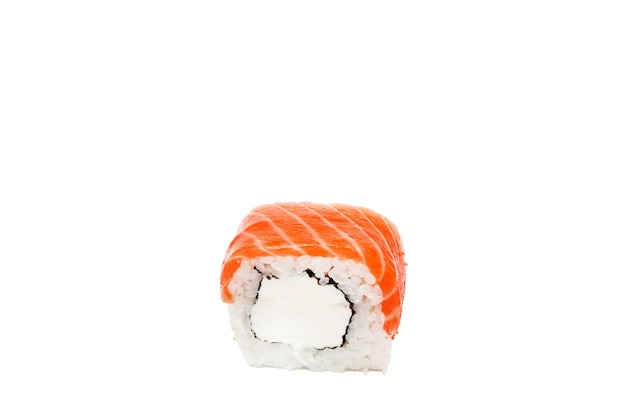 フィラデルフィアロール、白い背景で隔離の巻き寿司。コレクション。巻き寿司で美味しい日本食のクローズアップ。