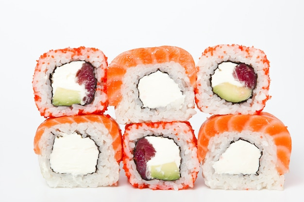 필라델피아 롤, 스시 롤에 고립 된 흰색 배경. 수집. 스시와 함께 맛있는 일본 음식의 ..